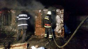 Proprietarul şi concubina lui au fost găsiţi carbonizaţi de pompieri, la stingerea incendiului