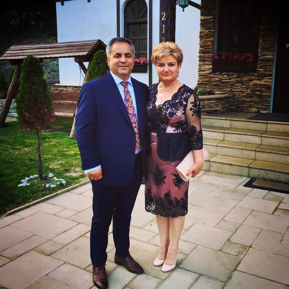 alături de soțul său, primarul comunei Crâmpoia