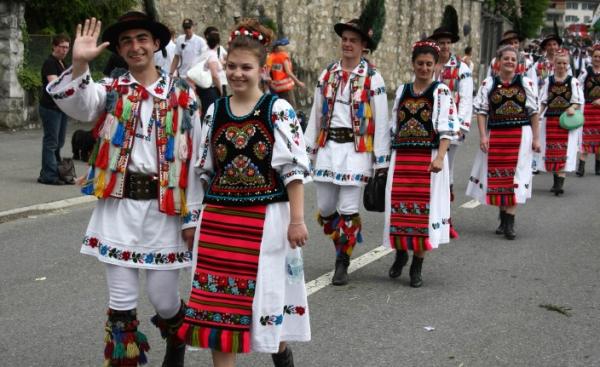 Costumul și dansul popular românesc, la rang de Cartea ...